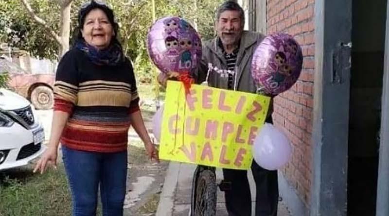 Salteño decoró su bici para ir a buscar a su nieta a la escuela.